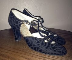 Late 1920s Brocade T Strap Formal Dancing Shoes (Courtesy Liz White)- Aren't these wonderful? http://www.vintagedancer.com/1920s/history-of-1920s-fashion-shoes/