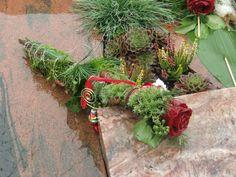 Wachsrose Allerheiligen Gesteck Friedhof Grabdeko Grave Decorations, Modern Flower Arrangements, Funeral, Christmas Wreaths, Floral Wreath, Bouquet, Herbs, Holiday Decor, Plants
