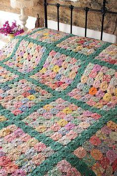 New Patchwork Design Crochet Blankets Ideas Crazy Quilting, Hand Quilting, Hexagon Quilting, Yo Yo Quilt, Rag Quilt, Antique Quilts, Vintage Quilts, Patchwork Designs, Quilting Designs