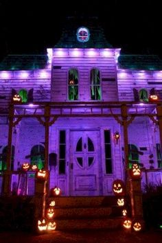 Decorating for Halloween is becoming more and more popular every year. While there's always been an element of decoration associated with Halloween, in the past Diy Halloween, Halloween Outside, Creepy Halloween Decorations, Adornos Halloween, Purple Halloween, Halloween Haunted Houses, Halloween House, Holidays Halloween, Halloween Lighting
