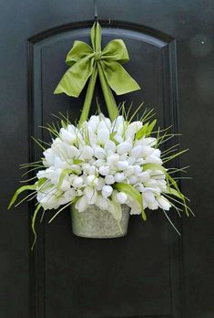 Preparando o Natal : 24 Super Ideias Para a Decoração Natalina Diy Wreath, Door Wreaths, Wreath Ideas, Tulip Wreath, Floral Wreath, White Wreath, Tulip Bouquet, Creation Deco, Spring Door