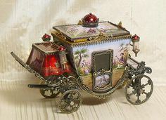Beautiful Russian Carriage in miniature.  OMG! That's incredible.