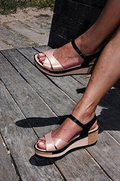 Las plataformas más bonitas de este verano, no pesan nada y son súpercómodas! https://mecalzobien.es/producto/cosmic-nude-pergamena-negro/