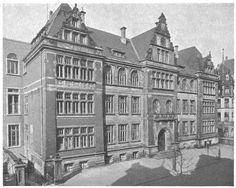 eng war es in der schule, schichtunterricht nach dem krieg bis zum neubau in ricklingen: A-Schicht wie Alexander und W-Schicht wie Wilhelm von Humboldt Die Schule hatte auch ein Schullandheim in Ovelgönne (bei Celle). Kürzlich war ich dort. Bilder dazu in der Gruppe Linden.