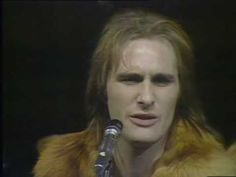 Steve Harley - Make Me Smile (Come Up and See Me) - love that little nod he gives to the camera when he starts singing the first chorus.