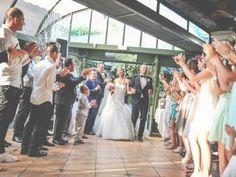 L'arrivée des mariés à table se fait en musique. Rien de tel pour donner le ton du dîner de mariage et de la soirée à venir. Pour trouver la cha