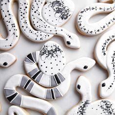 Snake Egg, #snake, #snakecookie, #snakecookiecutter,#easter, eastercookie, #eggcookie, #eastereggcookiecutter,#sugarbombe, #sugarcookies, #decoratedcookies, #cookiesofinstagram, #edibleart,#sugarart, #royalicingart, #royalicingcookies, #customcookies, #foodart, #diycookies,