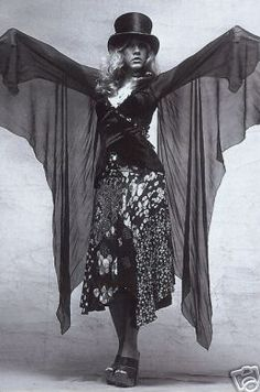 in 1975, Nicks worked with clothing designer Margi Kent to develop Nicks's unique onstage look, with costumes that featured flowing skirts, shawls and platform boots.