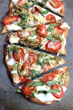 These Pesto Chicken Caprese Flatbreads are amazing, and so EASY. Perfect for a quick weeknight dinner!