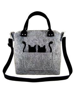 Große und leichte Tasche aus Felt in grau. In der Tasche gibt es 2 Einstecktaschen und Platz für Stifte. Geeignet für DIN A4 Format.  Die Tasche wird mit Reißverschluss geschlossen. Sie hat einen...