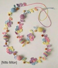 "diy_crafts- ""Another pretty crochet necklace"", ""crochet with pearls"", ""This post was discovered by Mo"" Art Au Crochet, Thread Crochet, Love Crochet, Irish Crochet, Crochet Crafts, Crochet Projects, Knit Crochet, Diy Crafts, Crochet Flower Patterns"