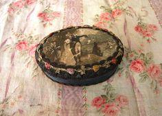 Antica SCATOLA Ovale con COPPIA ROMANTICA pizzo di villavillacolle