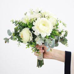 ハーブにユーカリ、ダスティミラーなど数種のグリーンとふっくらと美しいバラ、ラナンキュラスをまとめた、みずみずしい印象のブーケ。 白×グリーンの重なりがフレッシュで、さりげないナチュラル感をまとうクラッチブーケです。 白 バラ ラナンキュラス クラッチブーケ ブートニアセット/シルクフラワー(造花)