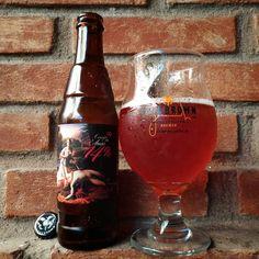 Essa é a Cerveja do Amor da cervejaria Bodebrown de Curitiba Paraná. Uma Fruit Beer pintada a mão pelo próprio Samuel Cavalcanti (fundador e mestre cervejeiro da Bodebrown) em homenagem à namorada que reclamava dele passar muito tempo na cervejaria e pouco com ela. Recentemente a receita foi reformulada a base é uma Saison belga com a adição de amoras e tem 14% de teor alcoólico - É muito amor!  Ao abrir o som lembra um espumante demonstrando carbonatação bem alta - parecia uma liberação! A…