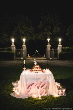 Presentazione della torta nuziale #matrimonio #nozze #sposi #sposa #torta #tortanuziale #wedding #weddingcake #ricevimento #torteapiani Wedding Boxes, Wedding Cake, Wedding Ideas, Rustic Wedding Inspiration, Wedding Decorations, Shabby Chic, Ph, Decor Ideas, Engagement