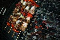Die richtige Grill-Technik - Barbecue Rezepte: leichte Küche - Ein Tipp: Heizen Sie den Grill gut vor bevor Sie die Produkte auf den Rost legen! Die richtige Barbecue-Temperatur ist dann erreicht, wenn die Hitze so stark ist, dass man die Hände nicht mehr in die Nähe der Glut bringen kann...