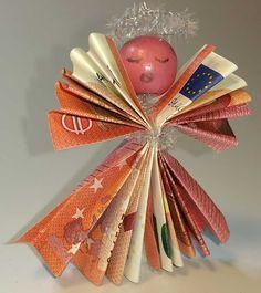 Und hier ist der Engel aus Geldscheinen nochmal mit Gesicht. Meine Tochter hat darauf bestanden, dass der Weihnachtsengel eins bekommt. http://www.kreativ-portal.de/anleitungen/geschenke/engel-aus-geldscheinen-selber-basteln