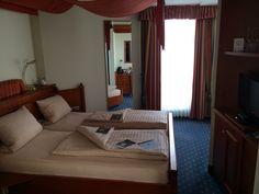 Hotel am Stadtring, #Nordhorn. Suite. Mit Himmelbett. Sehr herzlicher Empfang. Möbel abgeschrammt. Dafür sogar TV im Bad mit Riesenrelaxwanne.