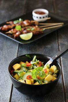 Kylling satay med peanøttsaus og mangosalat Chicken, Dinner, Hot, Recipes, Bird, Dining, Dinners, Food Recipes, Rezepte