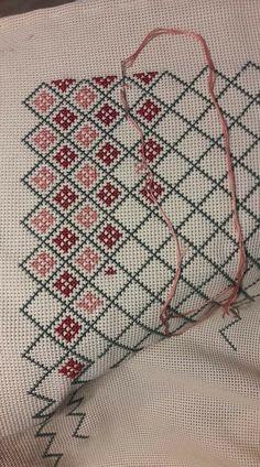 Cross Stitch Geometric, Beaded Cross Stitch, Cross Stitch Borders, Cross Stitch Rose, Cross Stitch Alphabet, Simple Cross Stitch, Cross Stitch Samplers, Cross Stitch Animals, Cross Stitch Flowers