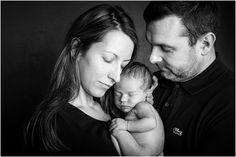 Portrait de famille en condition studio. Amelie Soubrié, photographe spécialiste de la grossesse et du nouveau-né, studio basé à Garches (92) www.instants-captures.fr