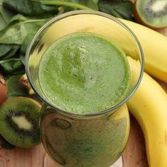 Grüner Smoothie mit Banane, Kiwi und Spinat