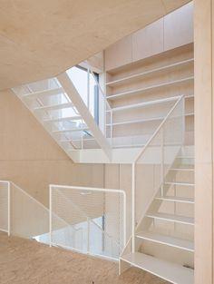 """Ganz einfach """"zeitlos schön"""" und """"kunstvoll schlicht"""", die Treppe ganz in weiß. Das alles ganz aus Stahl in einem Haus ganz aus Holz. Eine Wangentreppe mit Stufen aus Stahl und Geländer aus Streckmetall. Alles Stahl, alles schwer und dennoch wirkt die Treppe leicht, transparent und filigran."""