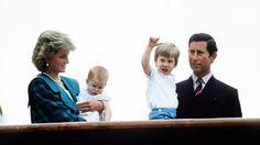 Pin for Later: Prinz Harry hat sich ganz schön gemausert  Im Gegensatz zu Bruder William war Harry nicht ganz so begeistert von der Menschenmasse bei der Royal Yacht Britannia 1985.