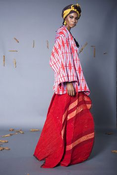 Fashion designer, Nyorh Agwe who was born in Cameroon decided to pay homage to the country with her M'ba M'etta collection. The designer used dye and different materials including cotto… African Fashion Designers, African Inspired Fashion, African Men Fashion, Ethnic Fashion, Africa Fashion, African Textiles, African Fabric, African Prints, African Patterns