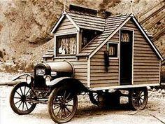 Tiny houses nieuw? Dit huisje op wielen laat zien dat er in de jaren '20 van de vorige eeuw ook al mensen waren die geen zin hadden om zich diep in de schulden te steken. Live simply.