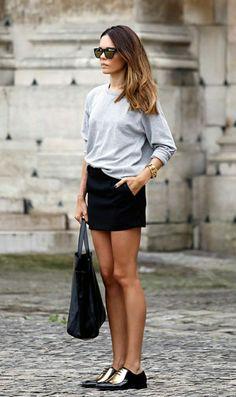 sweatshirt femme gris avec lunettes de soleil, jupe courte noire, lunettes de…