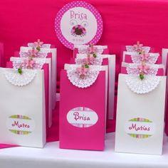 Bellas bolsas de papel con blondas - Dale Detalles Diy Party, Party Favors, Diy And Crafts, Paper Crafts, Disney Princess Party, Ideas Para Fiestas, Holidays And Events, Gift Bags, Gift Wrapping