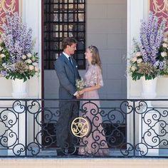 Matrimonio civile per Casiraghi Borromeo abito della maison Valentino in rosa pallido con fili di seta dorati e chiffon bouquet di fiori di campo