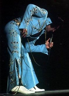 November 1972 Elvis In Concert The Arena Long Beach, California In Attendance Elvis Wore His Aztec Star Suit With Gold Attendance Belt and Silver Cape. Elvis Presley Concerts, Elvis In Concert, Elvis Presley Photos, Rock N Roll Music, Rock And Roll, Elvis Costume, Light Blue Suit, Blue Suits, Long Beach California
