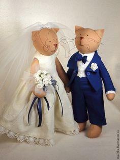 Куклы Тильды ручной работы.  Тильда Свадебные кошки.  Классическая свадебная пара: невеста в белом, жених - в костюме)  Жених в костюме из плотного хлопка. Лапки и хвостик подвижны, стоит. Платье у невесты из нежнейшего батиста, штанишки из тоненького хлопка. Платье очень пышное. Одежда невесты снимается. Букетик - бумажные цветы. Лапки и хвостик подвижны.