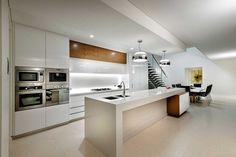 minimalistische küche in hochglänzendem weiß-holz-elemente verleihen struktur