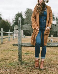 How do you pull off a piece of clothing (like overalls) that feels a smidgen too young for you? With total confidence. Here's how to wear overalls. Hipster Grunge, Grunge Goth, Comfy Fall Outfits, Casual Skirt Outfits, Cardigan Outfits, Cute Outfits, Girly Outfits, Farm Outfits, Beautiful Outfits