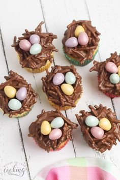 These adorable dinosaur nest cupcakes are perfect for a dinosaur birthday party! If you're throwing a dinosaur party, yuou need these cute dinosaur cupcakes. They're a simple dinosaur cupcakes DIY that look just like a dinosaur nest with eggs! Dinosaur Cupcakes, Dinosaur Party, Dinosaur Birthday, Sweet Cookies, Sweet Treats, Easter Recipes, Dessert Recipes, Drink Recipes, Peanut Butter Chips
