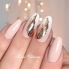 Nail art is a very popular trend these days and every woman you meet seems to have beautiful nails. It used to be that women would just go get a manicure or pedicure to get their nails trimmed and shaped with just a few coats of plain nail polish. Diy Nails, Cute Nails, Pretty Nails, Latest Nail Designs, Diy Nail Designs, Gold Nail Art, Gold Nails, Christmas Nail Designs, Christmas Nails