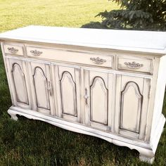 Old White over French Linen Chalk Paint®, then distressed and finished with both Annie Sloan Soft Clear Wax and Black Chalk Paint® Wax. Project by creative customer Laurie Davis.