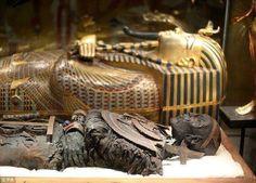 Momia y sarcófago de Tutankamon.