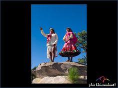 TURISMO EN CHIHUAHUA ¿Cómo es la vivienda de un Tarahumara? Sus chozas de troncos de árbol, trabadas horizontalmente, la parte superior se deja abierta en un lado, para que salga el humo del fuego que constantemente arde en la pieza de piso de tierra aplanada. El techo es de troncos acanalados. www.turismoenchihuahua.com