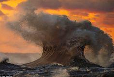 O fotógrafo canadiano Dave Sandford captou a mudança de humor drástica do lago Erie, partilhado por Canadá e Estados Unidos. As fotos são surpreendentes.
