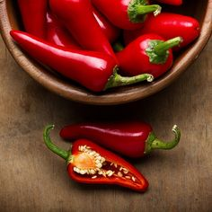 Capsaicin, the substance that makes chili peppers so darn hot, is an effective remedy for pain AND pleasure. See how it works! Capsaicin, the substance that makes chili peppers so darn hot, is an effective remedy for pain AND pleasure. See how it works! Lime Recipes, Chili Recipes, Easy Recipes, Healthy Recipes, Chile Picante, Hottest Chili Pepper, Man Food, Healthy Detox, Gastronomia