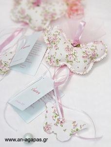 Μπομπονιέρα Προσκλητήριο και Φουσκωτή Πεταλούδα Floral Purses And Bags, Place Cards, Place Card Holders, Sewing, Floral, Crafts, Cushions, Throw Pillows, Parties Kids
