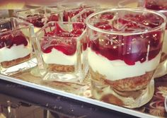 Monchou, met een bodem van Bastogne in een glas! Sweet Desserts, Sweet Recipes, Delicious Desserts, Yummy Food, Tapas, Brunch, Happy Foods, Beignets, High Tea