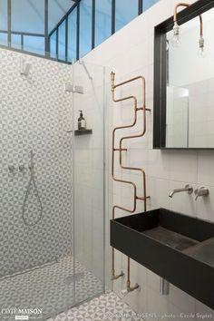 Salle de bains de style industriel. A côté de la vasque, il s'agit d'un porte-serviette !