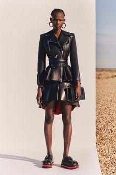 Alexander McQueen Resort 2020 Fashion Show - Vogue Fashion 2020, Look Fashion, High Fashion, Fashion Outfits, Dress Outfits, Luxury Fashion, Tim Walker, Alexander Mcqueen, Alex Mcqueen