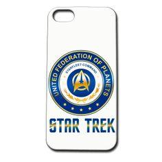 Carcasa móvil Star Trek. Federación de Planetas Unidos, UFP. Para Iphone 4 y 5 Carcasa para Iphone 4 y 5 on el logo de la Federación de Planetas Unidos (UFP en su versión original), perteneciente a la serie de culto, Star Trek.