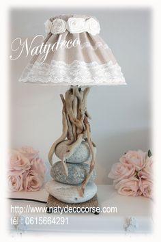 Lampe galet blanc gris clair et bois flotté  avec abat jour en lin et dentelle déhoussable et lavable http://www.natydecocorse.com